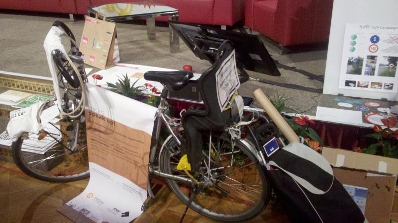 Ein Fahrrad mit allen medien auf einmal im Wiener Rathaus
