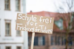 """Schild mit """"Schule frei für Fridays for Future"""""""