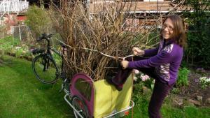 Gartenabfälle mit em Kinderanhänger transportieren. CC-by-sa ethify.org & rasos